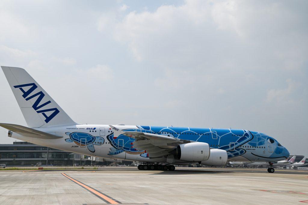 誘導路へ向かうANAのエアバスA380型機の初号機