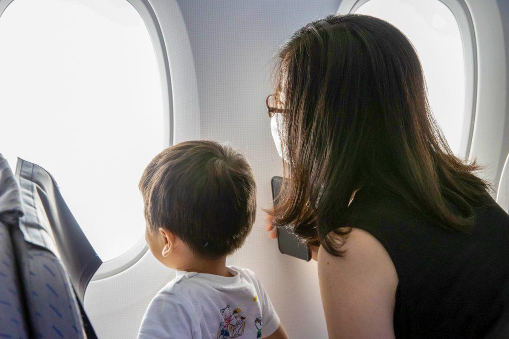 機内から外をご覧になっているお客様(エコノミークラス)
